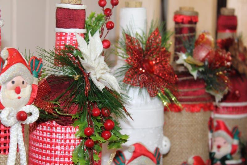 Санта Клаус одел в красной и белизна, подготавливает для того чтобы отпраздновать рождество стоковые фотографии rf