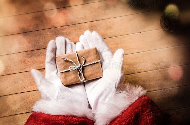 Санта Клаус получил подарок и держать его стоковое фото rf