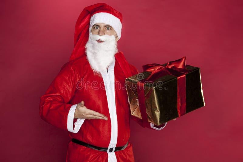 Санта Клаус распространил его оружия с утехой стоковая фотография rf