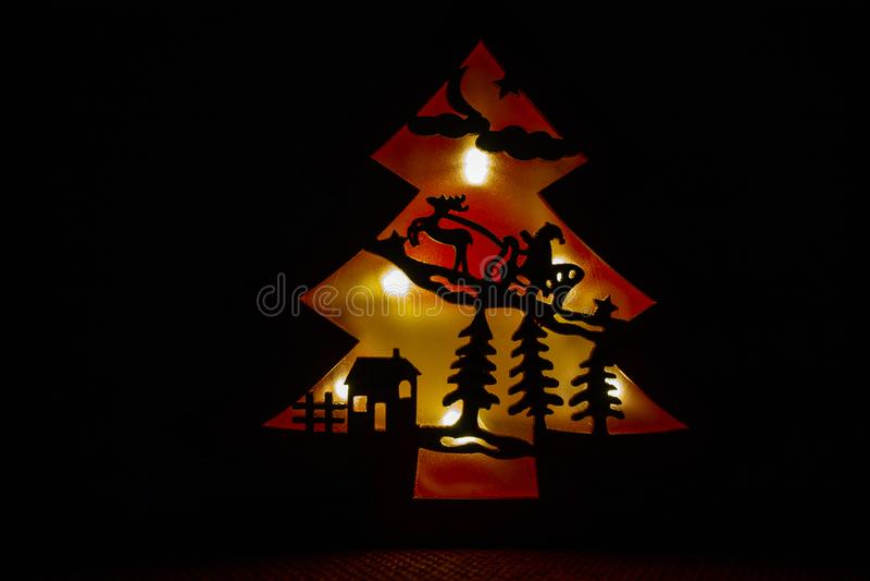 Санта Клаус с его санями северного оленя летает над крышами города стоковые фото