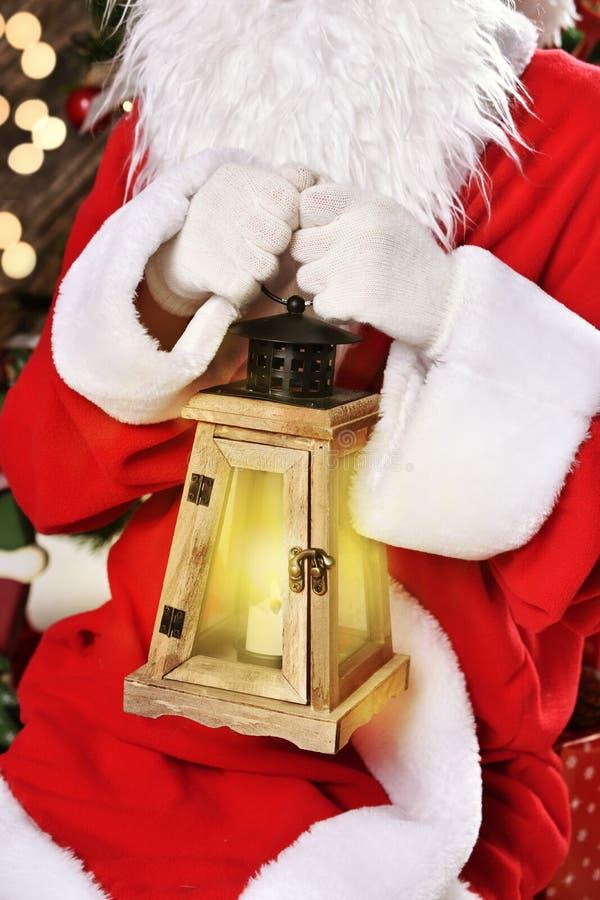 Санта Клаус с фонариком стоковое изображение