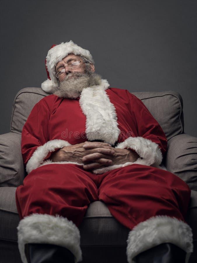 Санта Клаус napping на кресле стоковые изображения rf