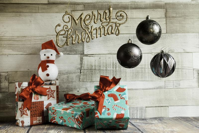 Санта-кукла с подарками на Рождество стоковая фотография rf