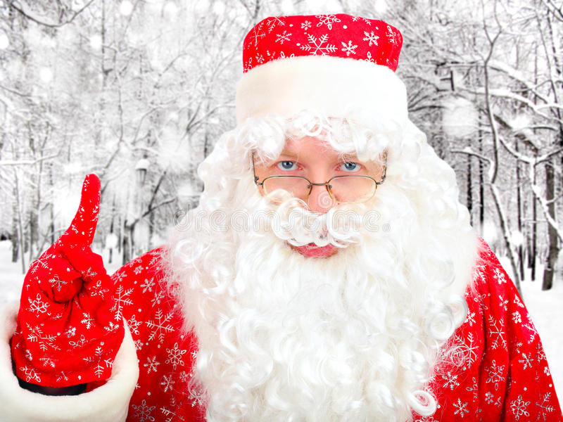 Санта Клаус в лесе зимы стоковое фото