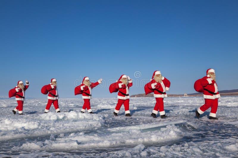 Санта Клаус в покрытой снег местности стоковое изображение rf