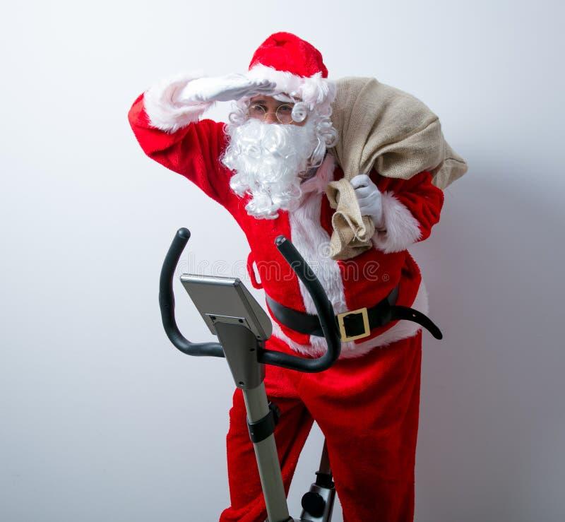 Санта Клаус имеет потеху с велотренажерами стоковые изображения rf