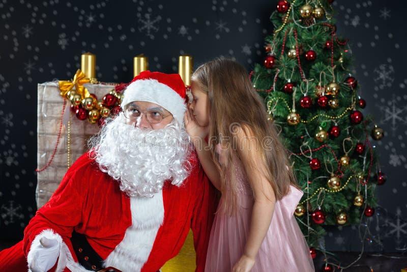Санта Клаус и девушка в платье Сцены рождества стоковое изображение
