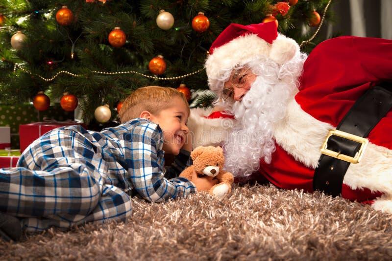 Санта Клаус и мальчик стоковое изображение rf