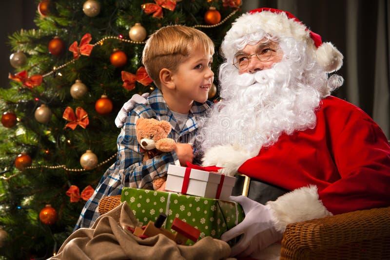Санта Клаус и мальчик стоковые изображения rf