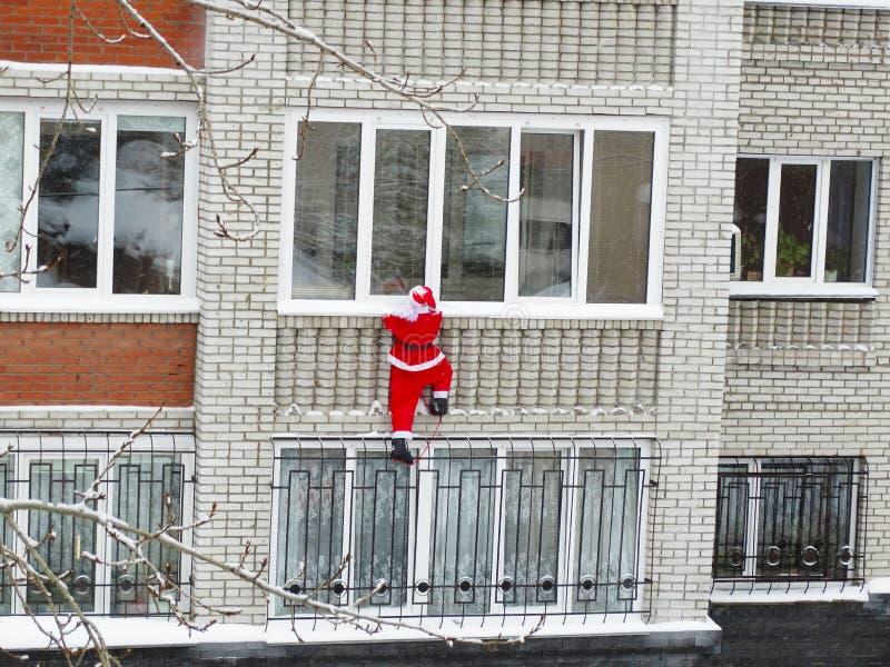 Санта Клаус смотрит в окне стоковое изображение rf