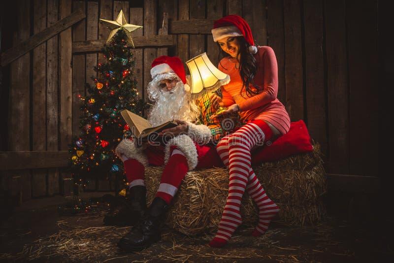 Санта Клаус с женщиной стоковые изображения