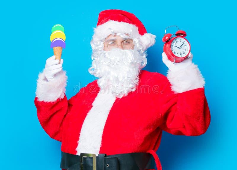 Санта Клаус с мороженым и будильником стоковая фотография