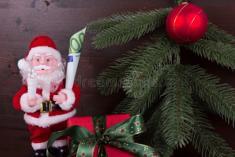 Санта Клаус с подарком денег в его руке стоковые изображения rf