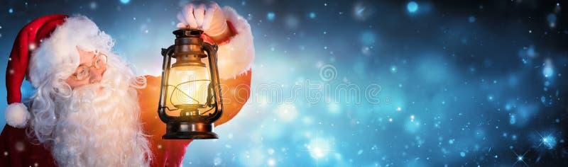 Санта Клаус с фонариком стоковые фотографии rf