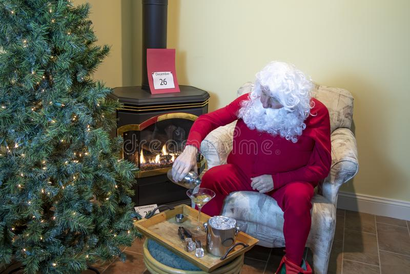Санта смешивая Мартини после рождества стоковое изображение rf