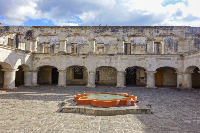 Санта Тереза De Иисус Монастырь и двор виска в старом городе Антигуе Гватемале стоковые фото