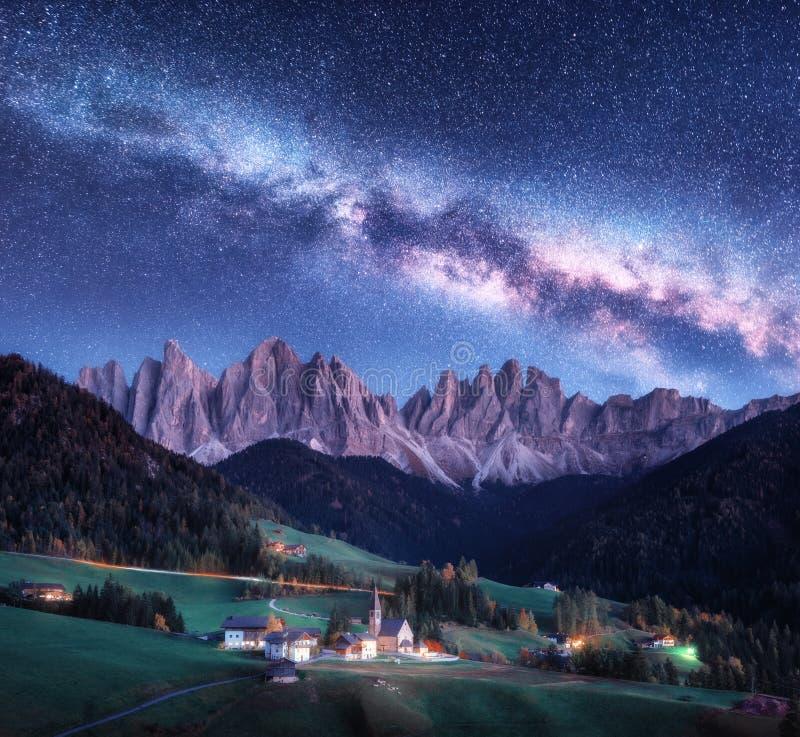 Санта Maddalena и млечный путь вечером в осени в Италии стоковые фото