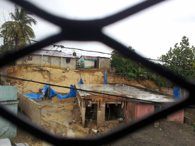 САНТО ДОМИНГО, ДОМИНИКАНСКАЯ РЕСПУБЛИКА - 30-ОЕ МАЯ 2013: Обрушьтесь штормом в бедном районе Санто Доминго стоковая фотография rf