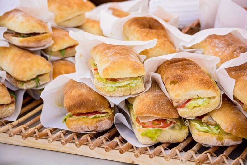 Сандвичи в предпосылке плюшки стоковые фото