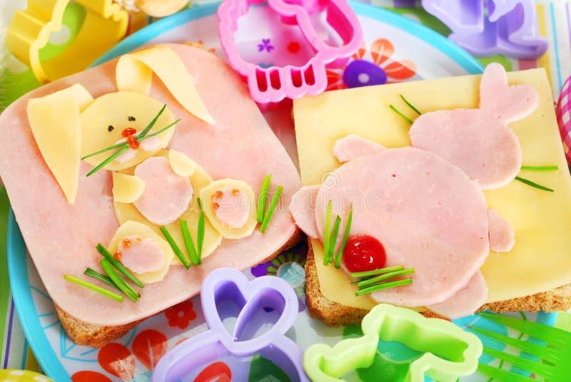 Сандвичи пасхи с зайчиком для детей стоковые изображения
