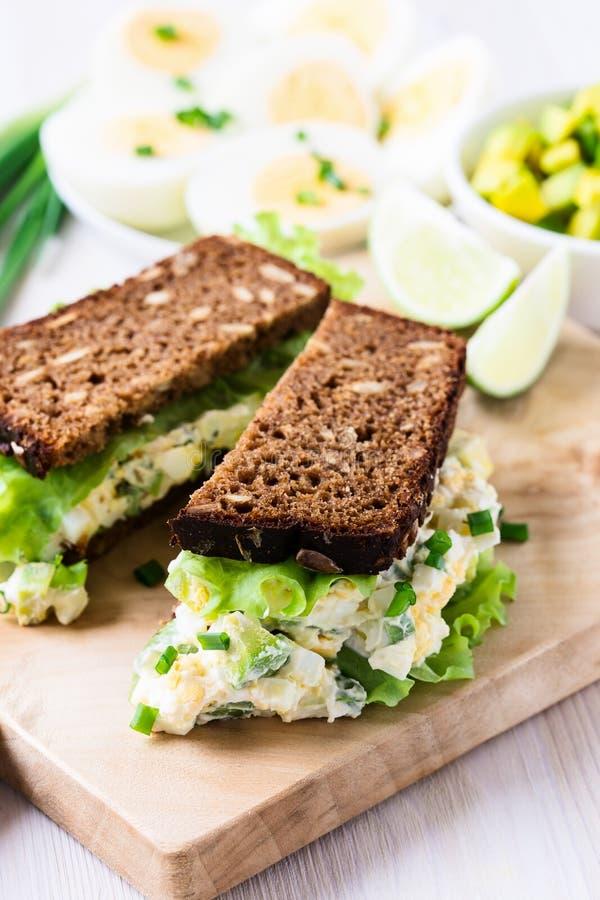Сандвичи яичка и авокадоа с плавленым сыром стоковое изображение rf