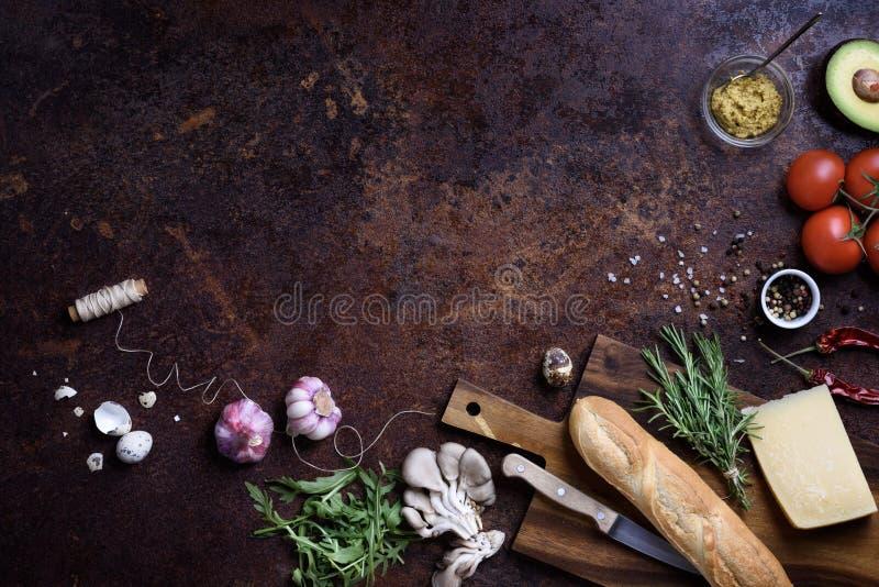 Сандвич варя ингридиенты Французский багет с сыром и овощами над деревенской встречной верхней частью Взгляд выше, космос экземпл стоковые фотографии rf