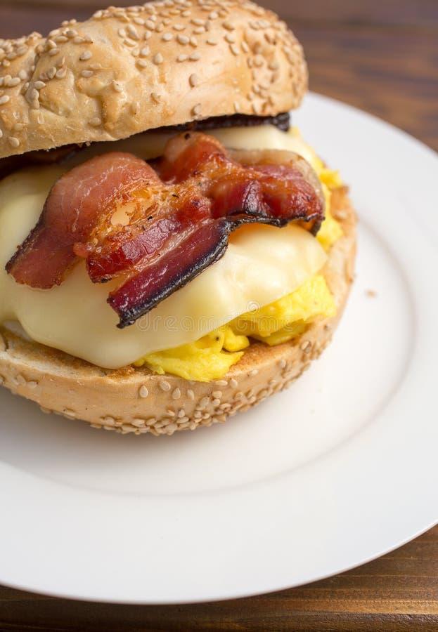 Download Сандвич завтрака бекона, яичка, сыра на бейгл Стоковое Фото - изображение насчитывающей бактерий, плита: 40585174