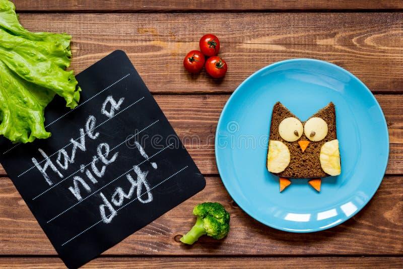 Сандвич завтрака детей сформированный сычом имеет славный день стоковое изображение rf