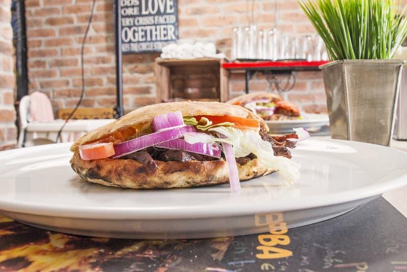 Сандвич на таблице стоковые изображения