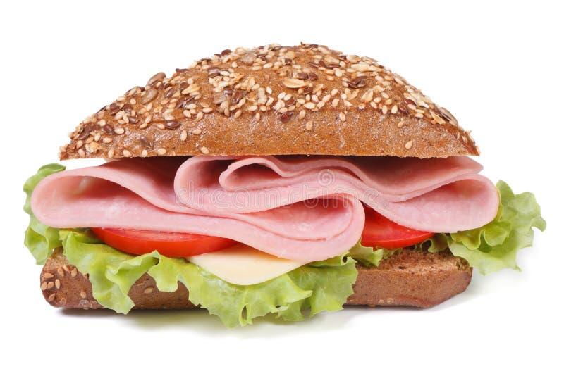Сандвич при изолированные ветчина, сыр, томаты и салат, стоковое изображение