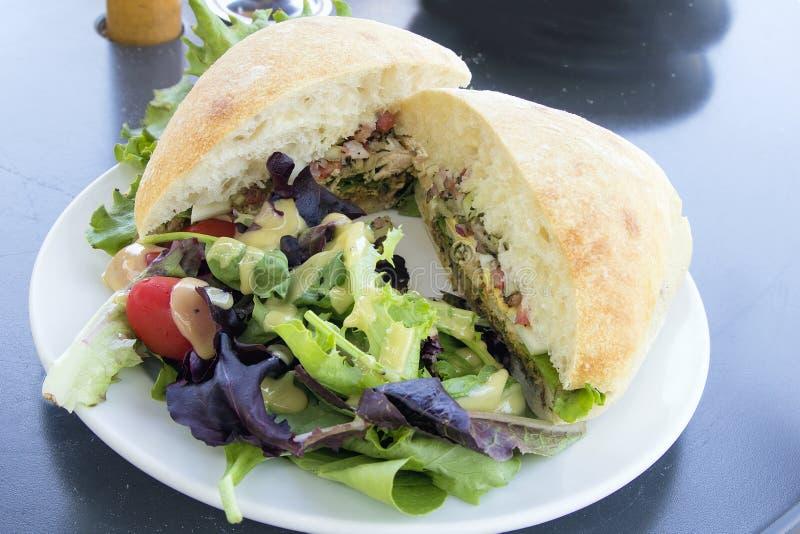Сандвич салата тунца с хлебом Ciabatta и крупным планом салата стоковые изображения rf