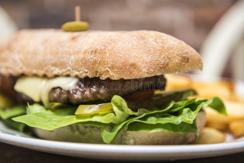 Сандвич стейка в wwith хлеба ciabatta откалывает стоковые фотографии rf