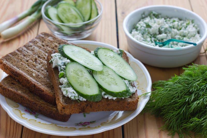 Сандвич с творогом, огурцом и укропом стоковое фото rf