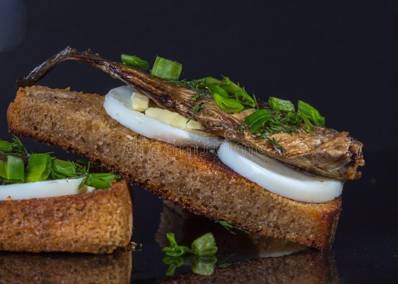 Download Сандвич с яичком и шпротинами Стоковое Фото - изображение насчитывающей черный, сандвич: 81813874