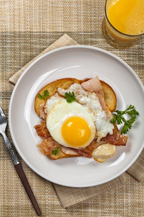 Сандвич с яичницами стоковое изображение rf