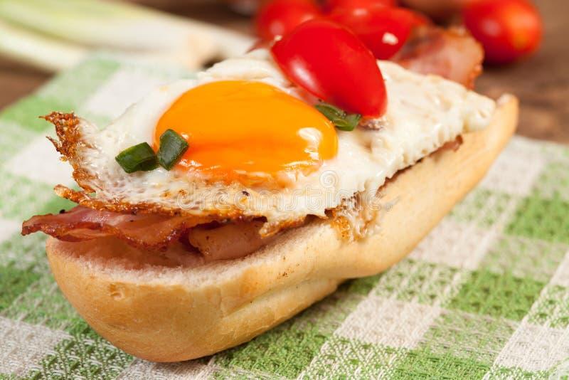 Download Сандвич с яичницей и беконом Стоковое Изображение - изображение насчитывающей лоток, утро: 40583771