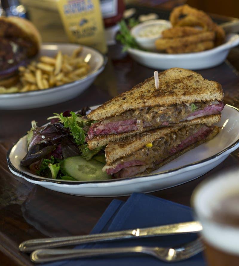 Сандвич Rueben с кольцами лука стоковое изображение rf