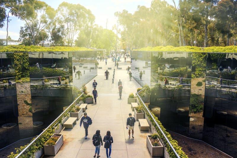 Сан-Диего, Калифорния, США - 3-ье апреля 2017: Отраженная тропа к библиотеке Geisel, главная библиотека на UCSD стоковая фотография