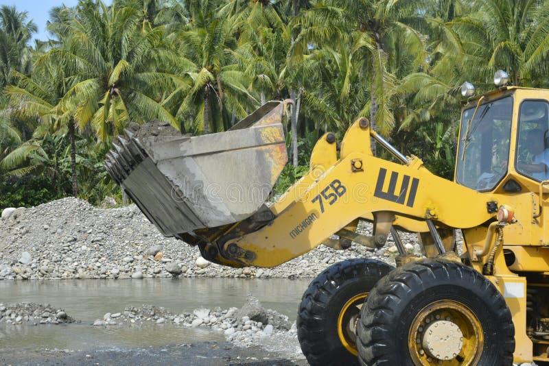 Сан и скрининг гравия на реке Mal, Matanao, Davao del Sur, Филиппинах стоковое изображение
