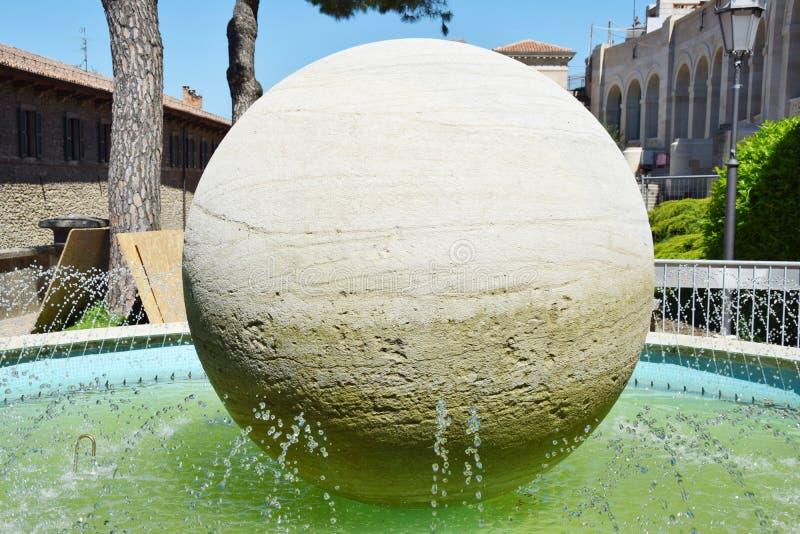 Сан-Марино, новый памятник мост-водовода стоковое изображение