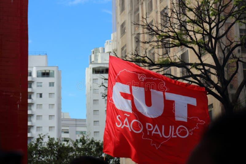 Сан-Паулу/Сан-Паулу/Бразилия - может популярная политическая выраженность 15 2019 против недостатка бюджета на влиянии образовани стоковые фото