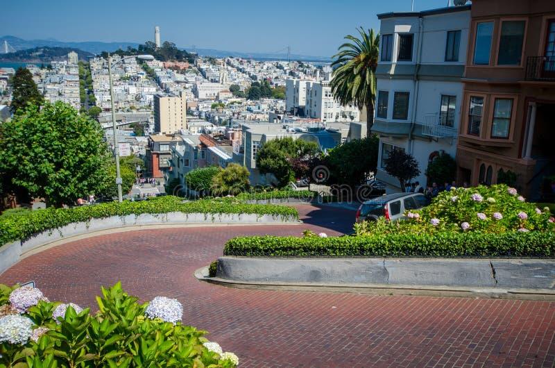 САН-ФРАНЦИСКО, КАЛИФОРНИЯ: Взгляд от вершины улицы ломбарда, crookedest улица в Сан-Франциско стоковая фотография rf