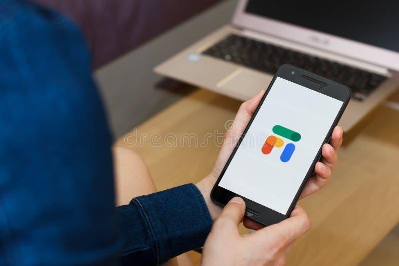 САН-ФРАНЦИСКО, США - 22-ое апреля 2019: Конец до женских рук держа смартфон используя Google Fi, Сан-Франциско, Калифорния, США E стоковая фотография