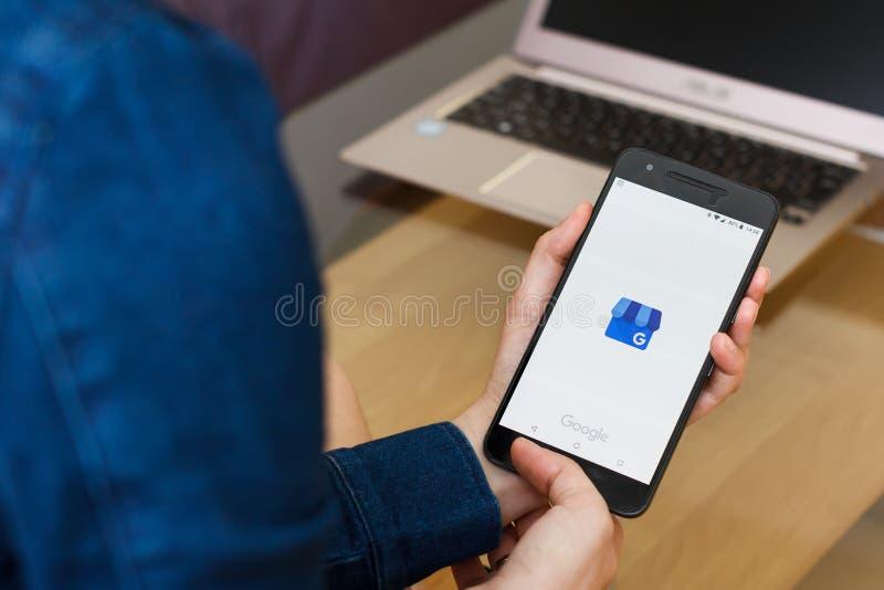 САН-ФРАНЦИСКО, США - 22-ое апреля 2019: Конец до женских рук держа смартфон используя Google мое использование в коммерческих цел стоковые фотографии rf