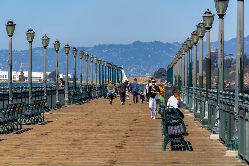 Сан-Франциско, США - 15-ое июля 2019: сценарный взгляд острова San Francisco Bay от известной романтичной деревянной пристани стоковые изображения rf