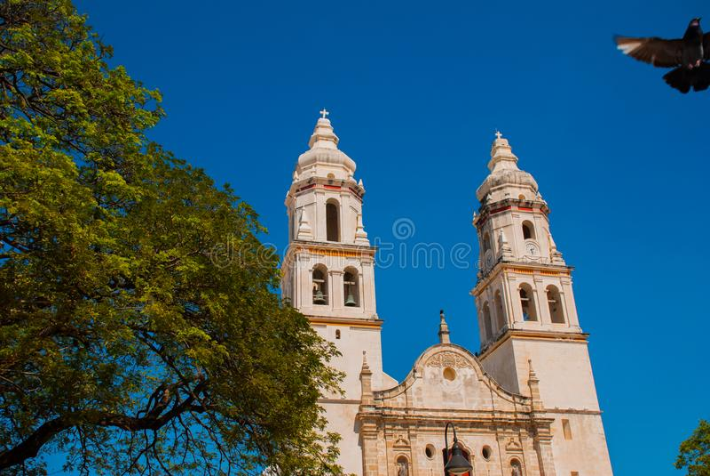 Сан-Франциско de Кампече, Мексика Собор в Кампече на предпосылке голубого неба стоковое фото rf