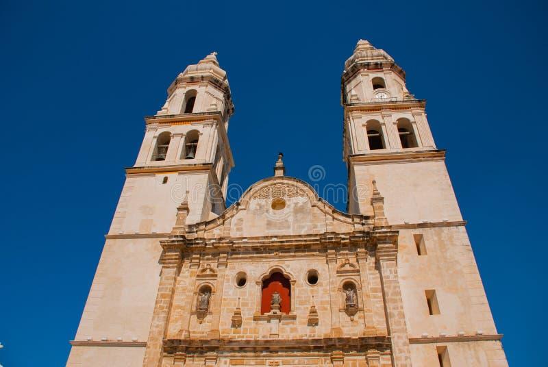 Сан-Франциско de Кампече, Мексика Собор в Кампече на предпосылке голубого неба стоковая фотография