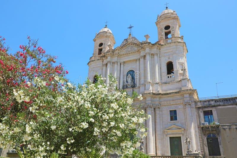 """Сан Francesco d """"Assisi все """"церковь Immacolata с выборочным фокусом на зацветенных деревьях, Катанией, Сицилией, Италией стоковые фото"""