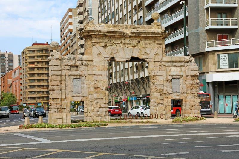 САРАГОСА, ИСПАНИЯ - 1-ОЕ ИЮЛЯ 2019: Взгляд ворот Puerta del Кармен в Сарагосе, Испании стоковое изображение
