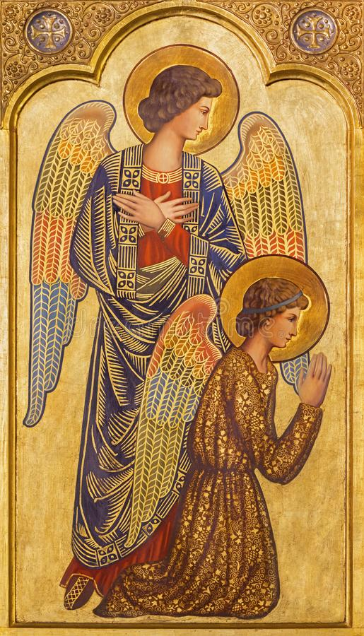 САРАГОСА, ИСПАНИЯ - 1-ОЕ МАРТА 2018: Значок prayered ангелов на главном алтаре в церков Iglesia del Perpetuo Socorro стоковая фотография rf